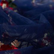 Tecido Renda Fios Acetinados Azul Marinho com Flores Vermelhas